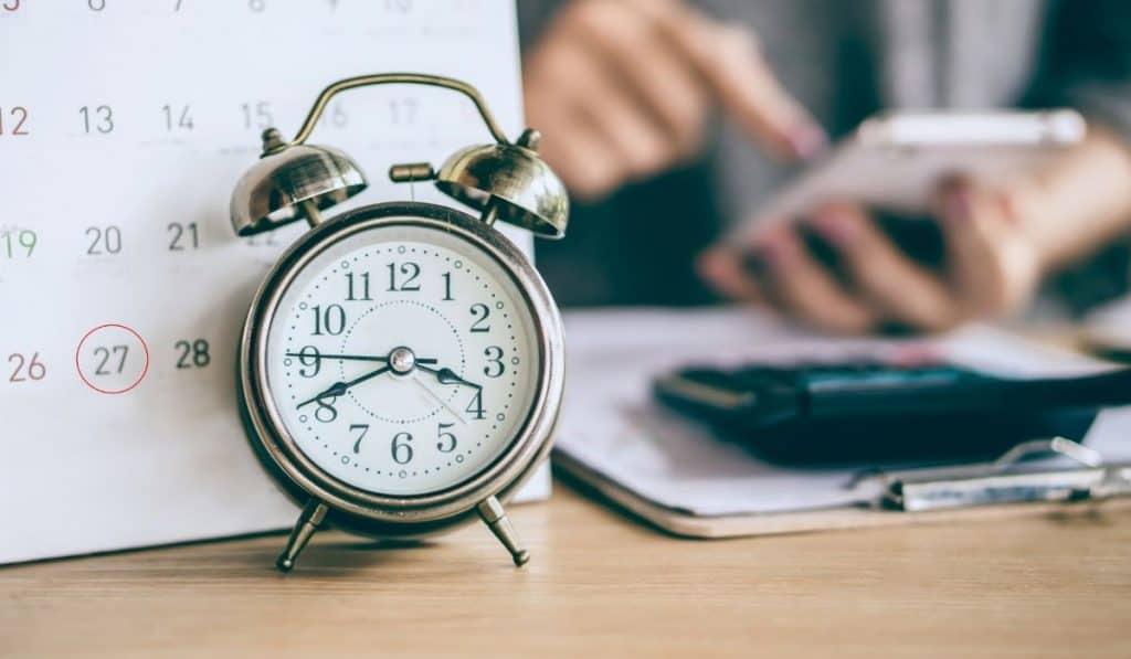 clock and a calendar set to remind a deadline